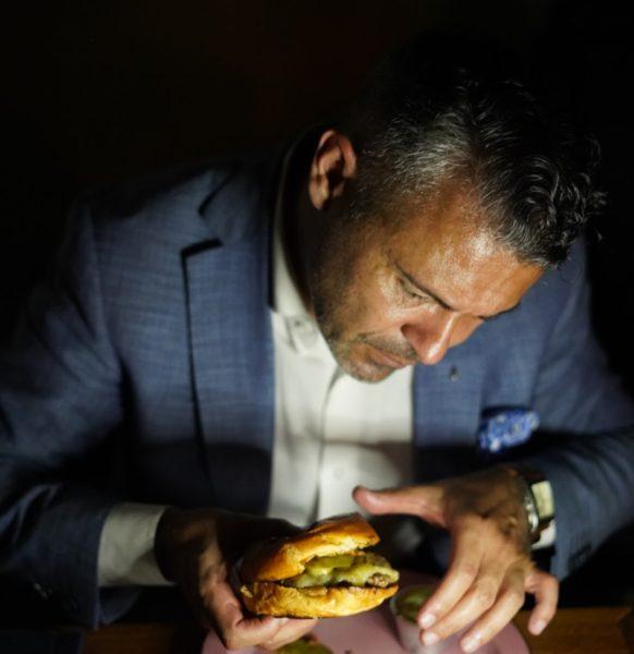 Omar Chamorro degustando um delicioso hambúrguer na comemoração dos 7 anos do Florería Atlântico