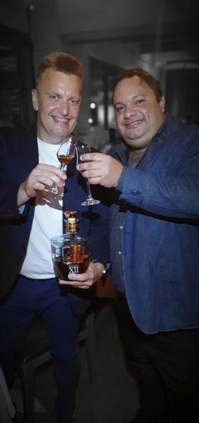 Evandro Weber e Ed Amorim brindando com a Cachaça Weber Haus Extra Premium 12 anos – Lote 48