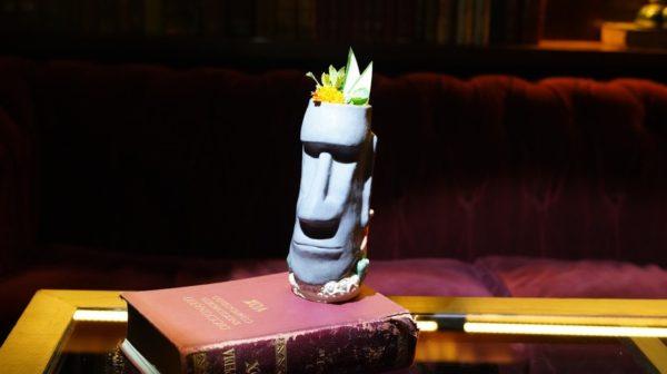 Coquetel Tiki em copo Moai de cerâmica no speakeasy do Presidente Bar