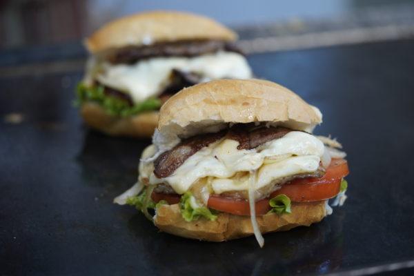 Sanduíche Zeppelin (tem como diferencial bifes de picanha e queijo monterey jack picante) - Zeppelin Lanches