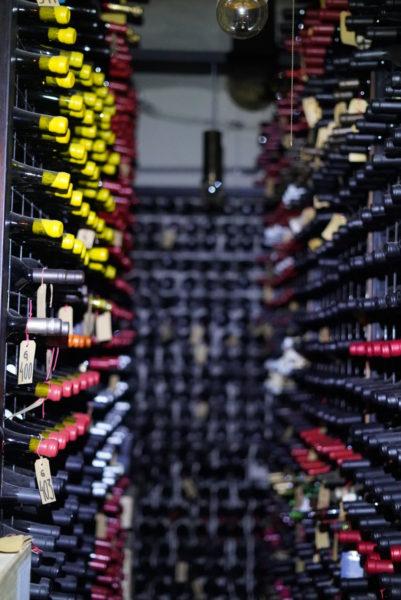 Adega de vinhos com cerca de 15.000 garrafas no Don Julio Parrilla