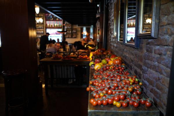Mesa com tomates cultivados pelo Don Julio Parrilla