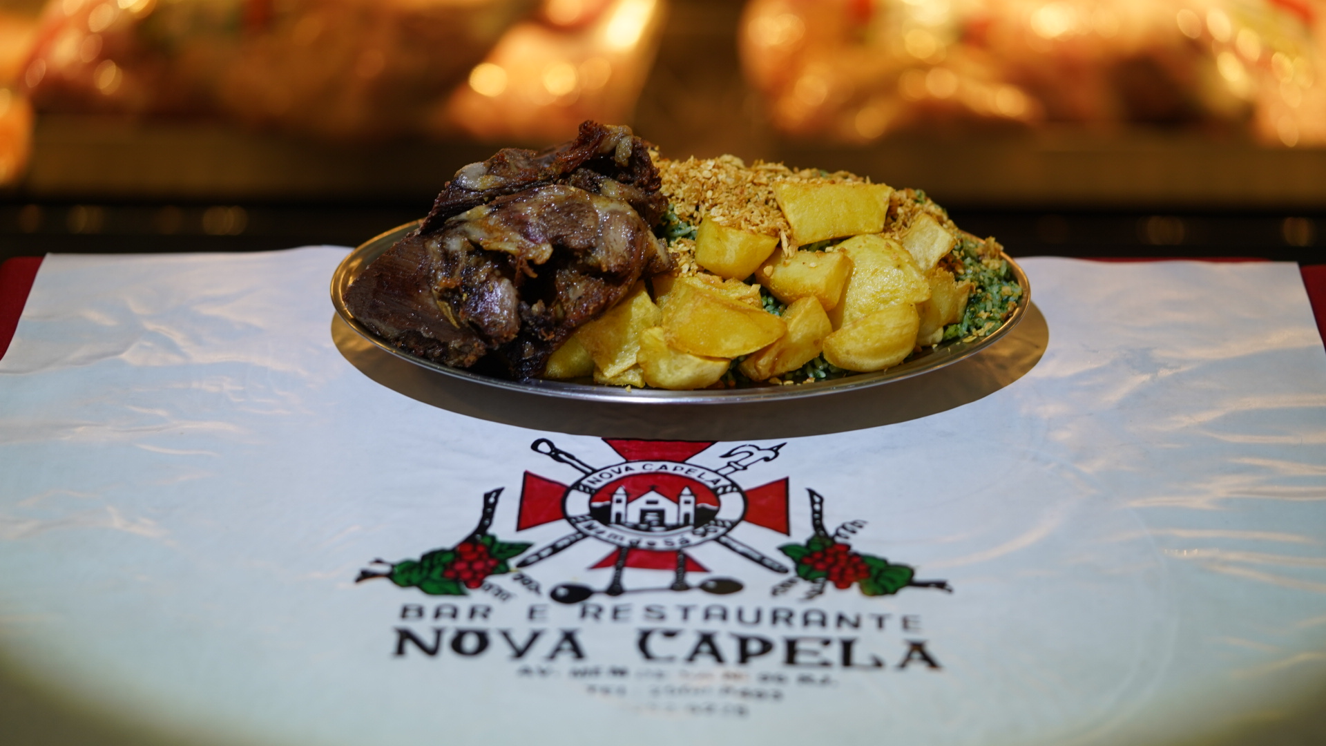 Famoso cabrito assado acompanhado de batatas coradas e arroz com brócolis, Bar e Restaurante Nova Capela