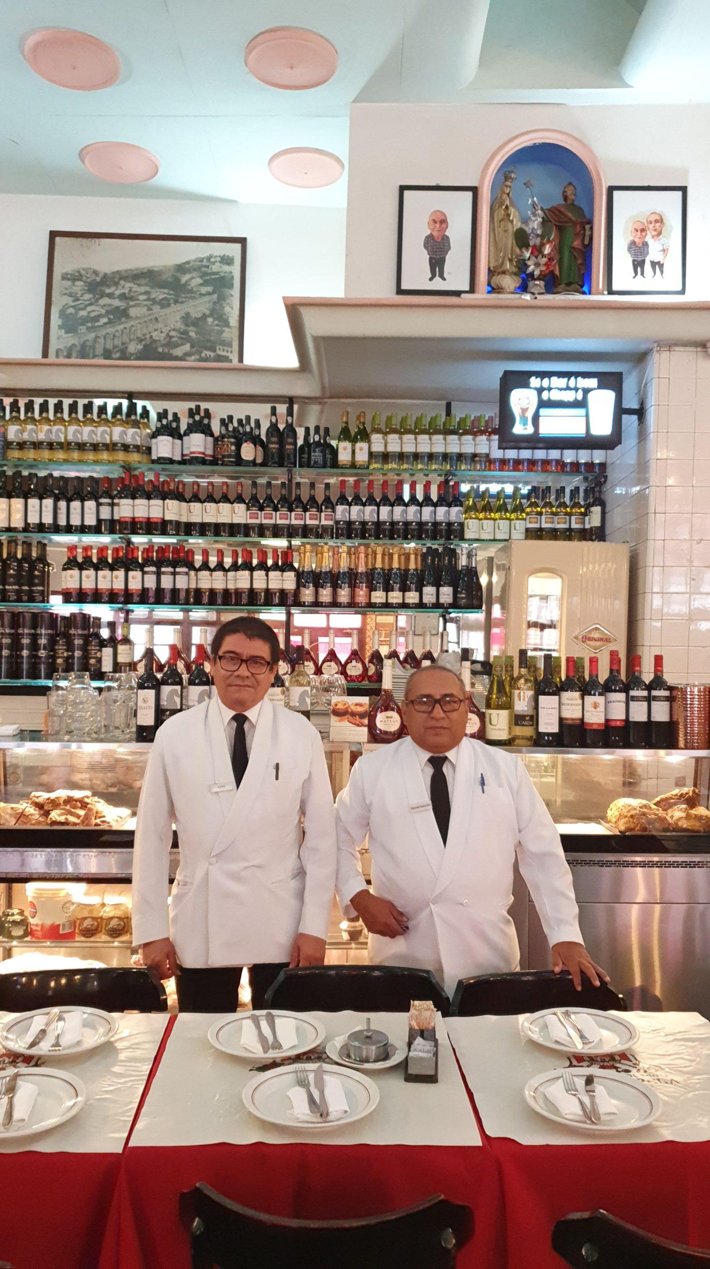 Garçons Assis e Francinaldo, exemplos de hospitalidade, Bar e Restaurante Nova Capela, Lapa, Rio de Janeiro
